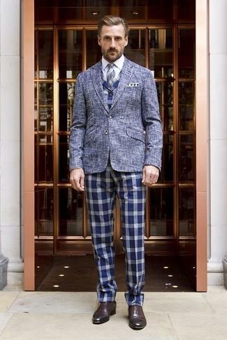 Cómo combinar: blazer de lana azul, chaleco de vestir de cuadro vichy azul, camisa de vestir blanca, pantalón de vestir de cuadro vichy azul
