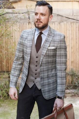 Cómo combinar: blazer de lana de tartán gris, chaleco de vestir gris, camisa de vestir celeste, vaqueros negros