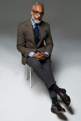 Cómo combinar: blazer de lana de tartán marrón, chaleco de vestir azul marino, camisa de vestir celeste, pantalón de vestir de lana en gris oscuro