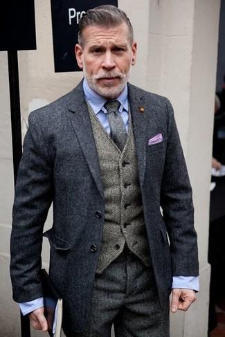 Cómo combinar: blazer de lana en gris oscuro, chaleco de vestir de espiguilla gris, camisa de vestir celeste, pantalón de vestir de espiguilla gris