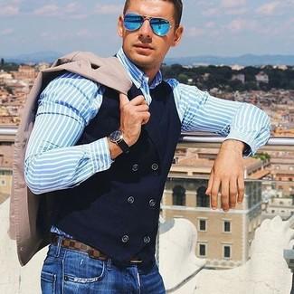 Look de moda: Blazer en beige, Chaleco de vestir de algodón negro, Camisa de vestir de rayas verticales celeste, Vaqueros azules