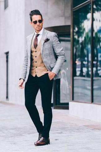 Cómo combinar: blazer de tartán gris, chaleco de vestir marrón claro, camisa de vestir blanca, pantalón chino negro