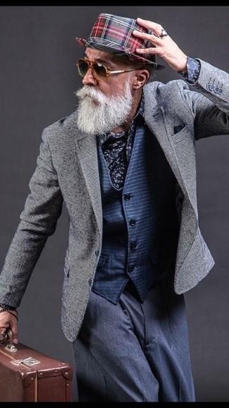 Cómo combinar: blazer gris, chaleco de vestir de rayas horizontales azul marino, camisa de vestir con print de flores azul marino, pantalón de vestir azul marino