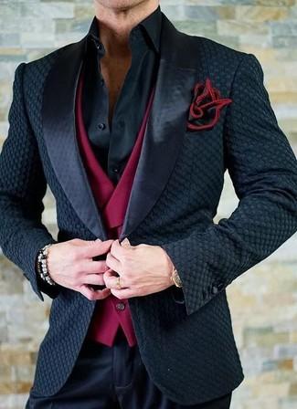Cómo combinar: blazer de satén negro, chaleco de vestir rojo, camisa de vestir negra, pantalón de vestir negro