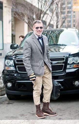 Cómo combinar: blazer de lana gris, chaleco de vestir negro, camisa de vestir blanca, pantalón cargo en beige