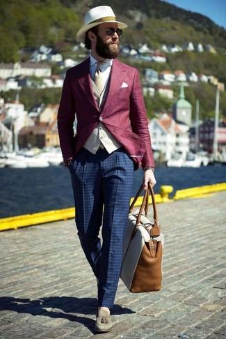 Cómo combinar: blazer burdeos, chaleco de vestir en beige, camisa de vestir blanca, pantalón de vestir a cuadros azul marino
