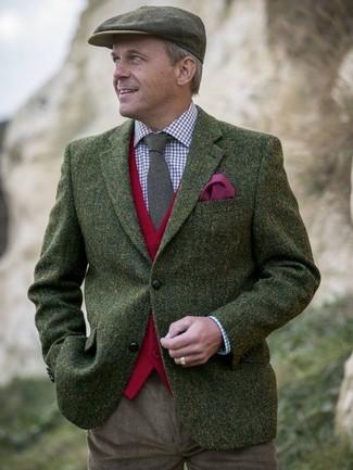 Cómo combinar: blazer de lana de espiguilla verde oliva, chaleco de vestir de lana rojo, camisa de vestir de cuadro vichy en blanco y rojo y azul marino, pantalón chino de pana marrón
