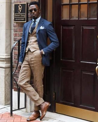Cómo combinar: blazer azul marino, chaleco de vestir marrón claro, camisa de vestir celeste, pantalón de vestir de lino marrón claro