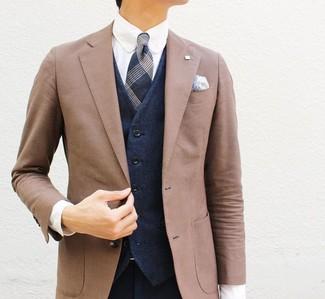 Cómo combinar: blazer marrón, chaleco de vestir azul marino, camisa de vestir blanca, pantalón de vestir azul marino
