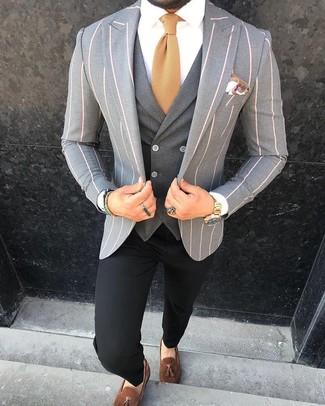 Cómo combinar: blazer de rayas verticales gris, chaleco de vestir en gris oscuro, camisa de vestir blanca, pantalón chino negro