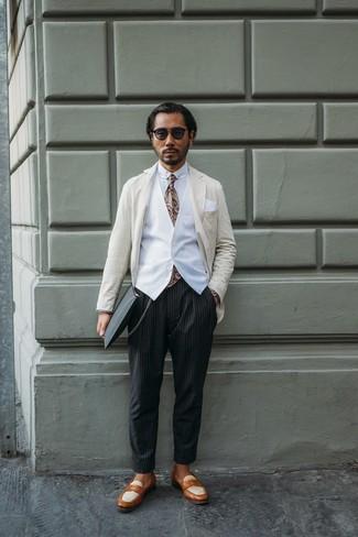 Cómo combinar: blazer de rayas verticales en beige, chaleco de vestir blanco, camisa de vestir blanca, pantalón chino de rayas verticales negro