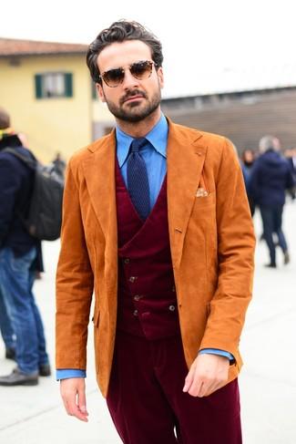 Cómo combinar: blazer de ante naranja, chaleco de vestir de pana burdeos, camisa de vestir de cambray azul, pantalón de vestir de pana burdeos