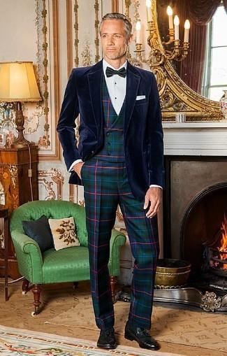 Cómo combinar: blazer de terciopelo azul marino, chaleco de vestir de tartán verde oscuro, camisa de vestir blanca, pantalón de vestir de tartán verde oscuro