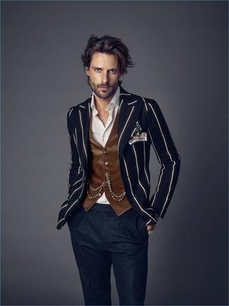 Cómo combinar: blazer de rayas verticales azul marino, chaleco de vestir de terciopelo marrón, camisa de vestir blanca, pantalón de vestir de lana azul marino