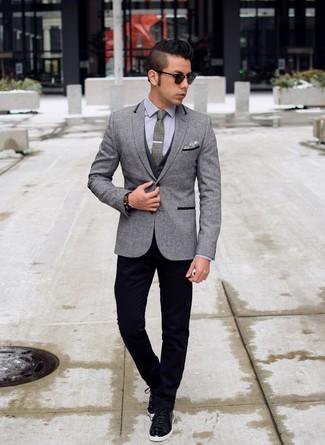 Cómo combinar: blazer de lana gris, chaleco de vestir en gris oscuro, camisa de vestir gris, pantalón chino negro