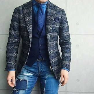 Cómo combinar: blazer de lana de tartán azul marino, chaleco de vestir de algodón azul marino, camisa vaquera azul, vaqueros pitillo desgastados azules