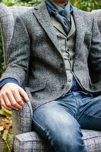 Cómo combinar: blazer de lana de espiguilla gris, chaleco de vestir de lana de espiguilla gris, camisa vaquera azul, vaqueros azules
