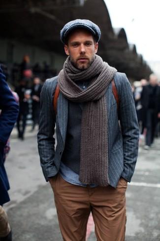 Cómo combinar: blazer de rayas verticales gris, chaleco de vestir en gris oscuro, camisa vaquera azul, pantalón chino en tabaco