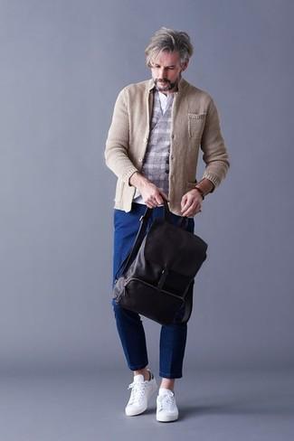 Cómo combinar: blazer de punto en beige, chaleco de vestir de lana a cuadros gris, camiseta henley blanca, vaqueros azules