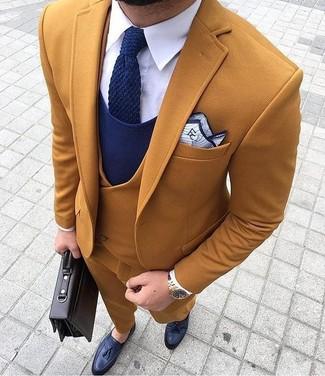 Cómo combinar: blazer en tabaco, chaleco de vestir en tabaco, jersey de pico azul marino, camisa de vestir blanca
