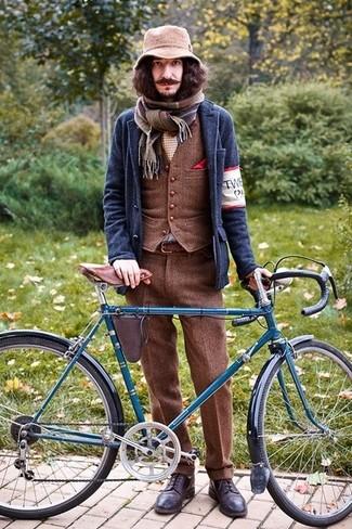 Cómo combinar: blazer de lana azul marino, chaleco de vestir de lana marrón, pantalón de vestir de lana marrón, zapatos brogue de cuero en marrón oscuro