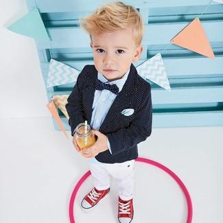 Comment porter: blazer á pois noir, chemise à manches longues bleu clair, pantalon blanc, baskets rouges