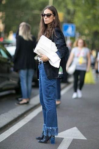 Associer un blazer noir avec un jean à franges bleu est une option confortable pour faire des courses en ville. Une paire de des bottines en cuir noires apportera une esthétique classique à l'ensemble.