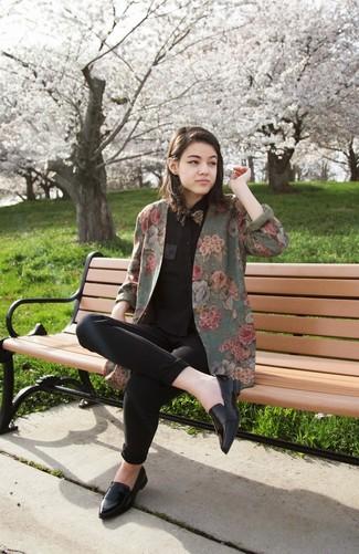 Pour créer une tenue idéale pour un déjeuner entre amis le week-end, porte un blazer à fleurs olive et un jean skinny noir. Transforme-toi en bête de mode et fais d'une paire de des slippers en cuir noirs ton choix de souliers.