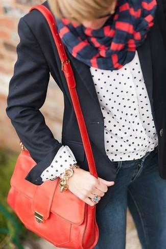 Harmonise un blazer noir avec un bracelet doré pour une tenue confortable aussi composée avec goût.