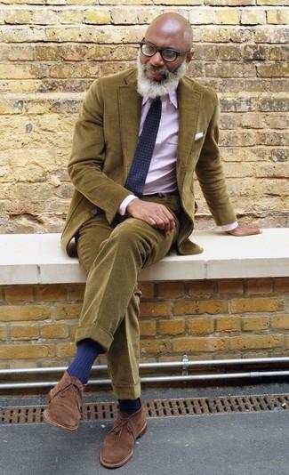Opte pour un blazer en velours côtelé olive avec un pantalon chino en velours côtelé olive pour aller au bureau. Complète ce look avec une paire de des bottines chukka en daim marron.