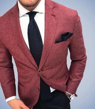 Tenue: Blazer en laine rouge, Chemise de ville blanche, Pantalon de costume noir, Cravate en tricot noire