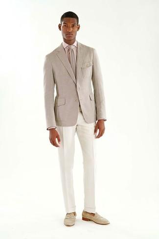 Tenue: Blazer en laine beige, Chemise de ville rose, Pantalon de costume blanc, Slippers en daim beiges