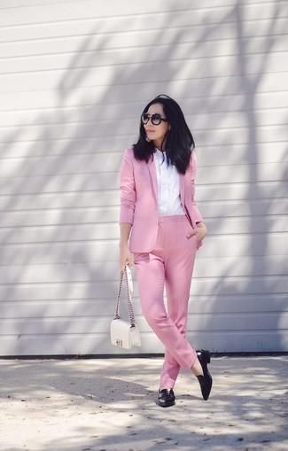 Pense à associer un blazer rose avec un pantalon de costume rose pour achever un style chic et glamour. D'une humeur audacieuse? Complète ta tenue avec une paire de des baskets basses en cuir noires Versus.