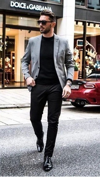 How to Wear a Black Crew-neck Sweater For Men: A black crew-neck sweater and black chinos have become must-have wardrobe styles for most men. On the fence about how to complement this ensemble? Round off with a pair of black leather oxford shoes to dial it up.