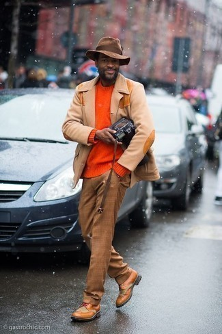 Men's Outfits 2020: For a classic and casual getup, wear a tan wool blazer with khaki plaid chinos — these two pieces fit pretty good together. If you wish to effortlessly kick up your ensemble with one piece, why not introduce tobacco leather brogue boots to this ensemble?