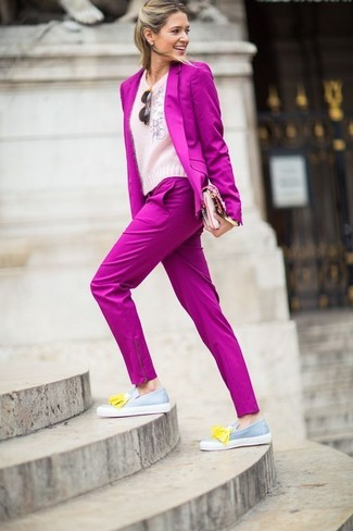 How to Wear a Hot Pink Blazer For Women: A hot pink blazer and hot pink dress pants are a pairing that every stylish girl should have in her sartorial arsenal. Let your styling savvy really shine by complementing your look with a pair of grey leather tassel loafers.