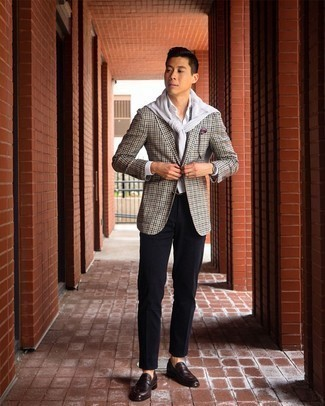 Burgundy Print Pocket Square Outfits: Channel your inner zen and pair an olive gingham blazer with a burgundy print pocket square. Want to play it up on the shoe front? Add dark brown leather loafers to the mix.