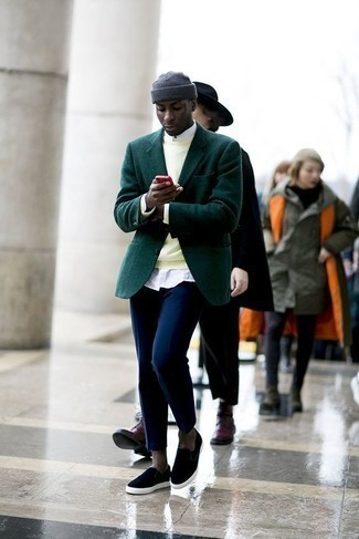 How to Wear a Dark Green Blazer For Men: A dark green blazer and navy chinos paired together are a sartorial dream for those who prefer elegant ensembles. Don't know how to finish? Complement this ensemble with navy canvas slip-on sneakers to jazz things up.