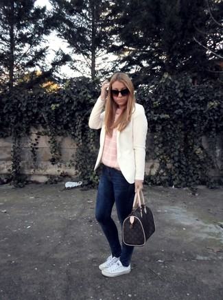 How to wear: white blazer, pink crew-neck sweater, navy skinny jeans, white canvas low top sneakers