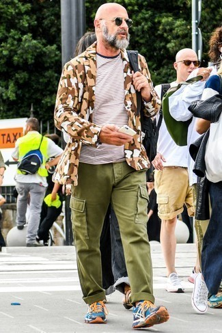 Dark Green Sunglasses Outfits For Men After 40: Such pieces as a tan camouflage blazer and dark green sunglasses are the ideal way to inject subtle dapperness into your off-duty repertoire. Now all you need is a good pair of multi colored athletic shoes to complete your outfit. This ensemble suggests how to keep killing it in casual dressing as a 40-something gent.