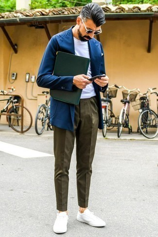How to Wear Olive Chinos In Summer: For a casually smart menswear style, rock a navy blazer with olive chinos — these two items play pretty good together. With shoes, go for something on the laid-back end of the spectrum and complement this ensemble with white low top sneakers. As this outfit suggests, you can't think of a better option for summer.