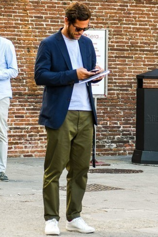 How to Wear Olive Chinos: This menswear style with a navy blazer and olive chinos isn't super hard to pull off and is open to more creative experimentation. Take an otherwise traditional ensemble in a more informal direction by slipping into white low top sneakers.