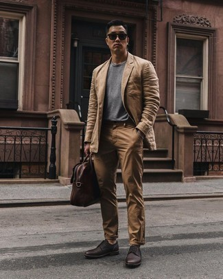 Dark Brown Leather Derby Shoes Outfits: A tan linen blazer and khaki chinos are the kind of a winning look that you need when you have no time. Dial up the cool of this ensemble by rounding off with a pair of dark brown leather derby shoes.