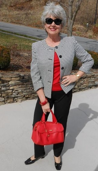 How to wear: white and black houndstooth blazer, red crew-neck t-shirt, black dress pants, black leather pumps