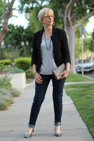 For an outfit that provides comfort and style, pair a black linen blazer with navy jeans. Want to go easy on the shoe front? Rock a pair of grey leather ballet flats for the day. Rest assured, this ensemble will keep you cozy as well as looking cute in this awkward transition weather.