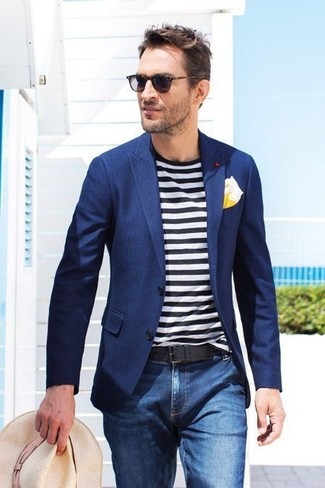This combination of a navy blazer and a yellow pocket square is perfect for a night out or smart-casual occasions. As this ensemble demonstrates, you can't think of a better choice for summertime.