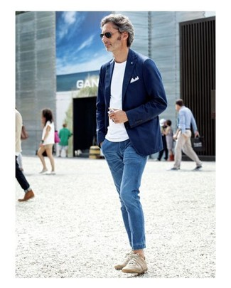 How to wear: navy cotton blazer, white crew-neck t-shirt, blue jeans, beige low top sneakers