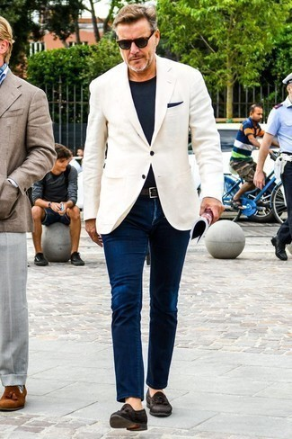 How to Wear a Navy Pocket Square: For a surefire casual option, you can never go wrong with this combination of a white blazer and a navy pocket square. Put a smarter spin on your ensemble by finishing off with dark brown suede tassel loafers.