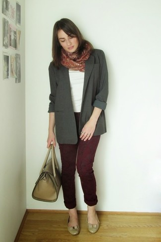 How to wear: charcoal blazer, white crew-neck t-shirt, burgundy print jeans, beige leather ballerina shoes