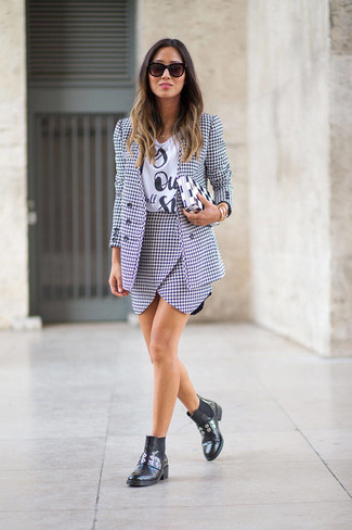 How to Wear a Houndstooth Blazer For Women: Definitive proof that a houndstooth blazer and a white and black houndstooth mini skirt are amazing together in a casual getup. A pair of black leather chelsea boots is the glue that brings this ensemble together.